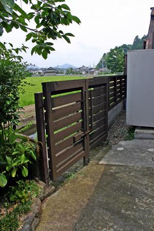 木製の門扉_d0082238_2255260.jpg