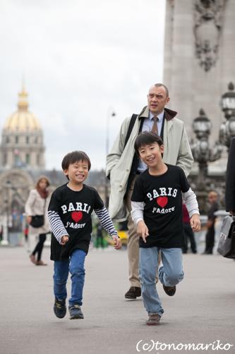 パリ最後の日。家族の記念写真を撮って空港へ!_c0024345_5175977.jpg