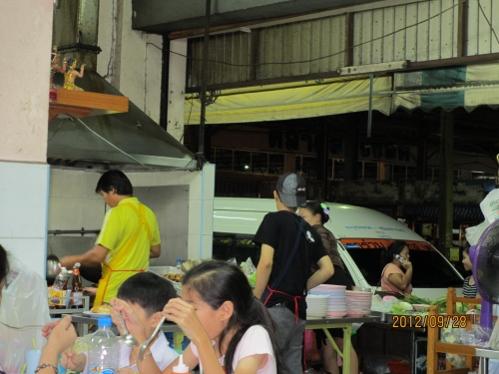 今夜は歩いて2分のところの中華系料理店で夕食を_b0100062_23375189.jpg