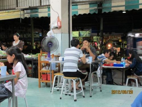 今夜は歩いて2分のところの中華系料理店で夕食を_b0100062_23395061.jpg