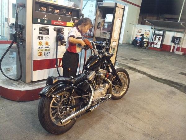 ガソリンスタンドの女神_a0139843_21384040.jpg