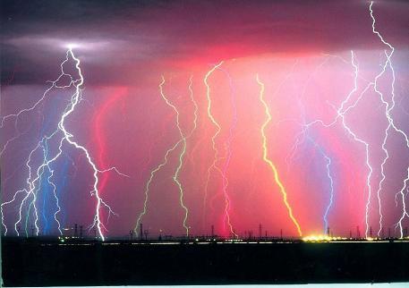 7色に光る雷