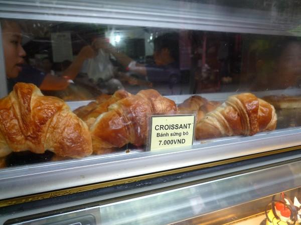 ハノイ その10 : 「ホアン・ブーランジェリー Hoan Boulangerie」の牛の角のパンと山羊ヨーグルト_e0152073_0435010.jpg