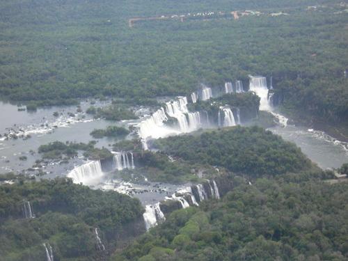 空からの望むイグアスの滝