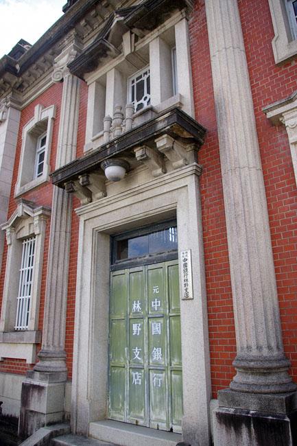 町の規模に準じた銀行建築_f0130879_22542481.jpg