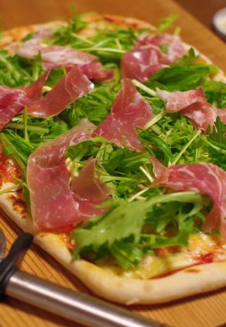 リアスからし菜と生ハムのピザ_c0110869_1752348.jpg