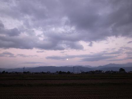 秋の空とまるい月_a0014840_2012568.jpg