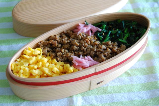 三色丼弁当_e0135683_7565429.jpg