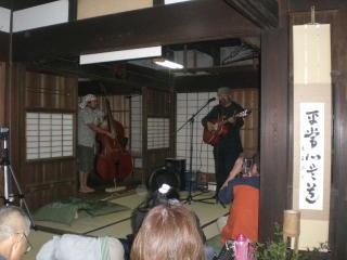 モスリンさん鼻笛コンサートが竈の家でありました_f0044728_1035810.jpg
