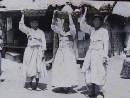 乳 出し チョゴリ ドラマ 併合前の朝鮮は、「長男を産んだ女性は乳房を露出する」習慣がありま...