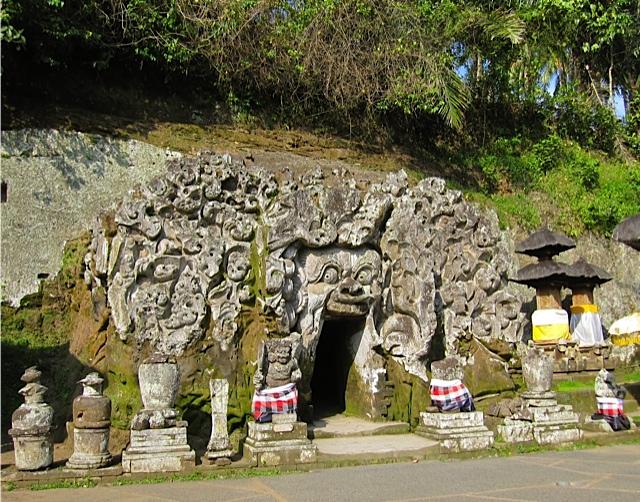 ウブドの古代寺院_d0106242_19464896.jpg