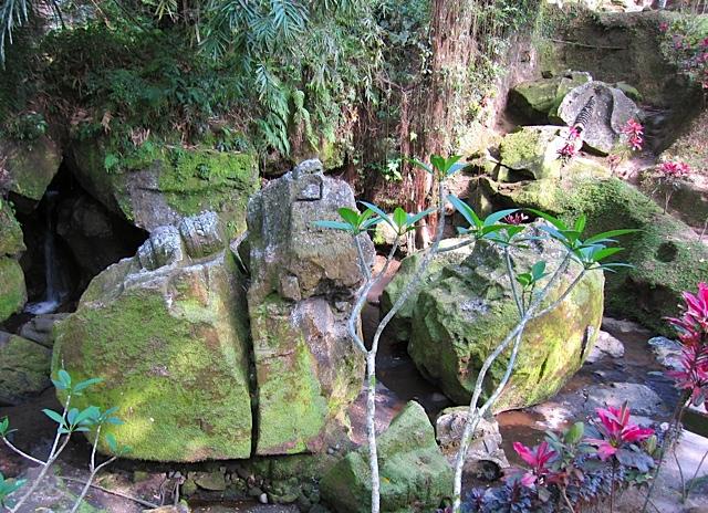 ウブドの古代寺院_d0106242_19512787.jpg