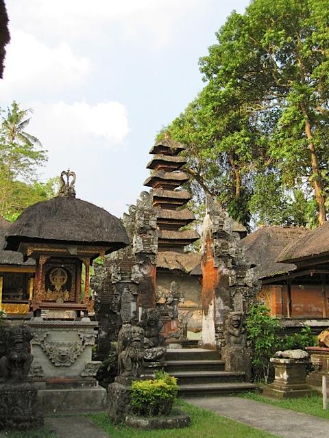 ウブドの古代寺院_d0106242_19574952.jpg