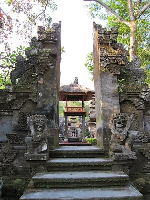 ウブドの古代寺院_d0106242_19583153.jpg