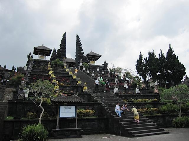 ブサキ寺院参拝_d0106242_2123716.jpg