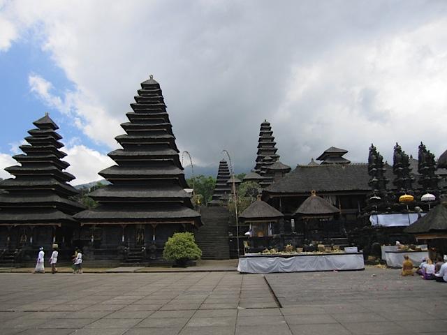 ブサキ寺院参拝_d0106242_2124193.jpg