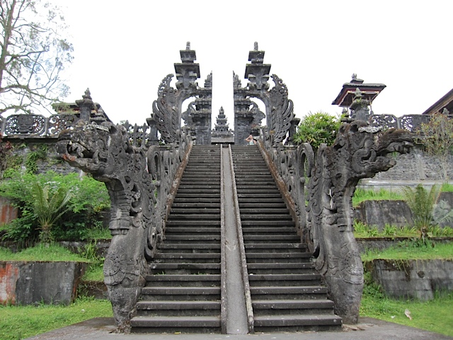 ブサキ寺院参拝_d0106242_2182873.jpg