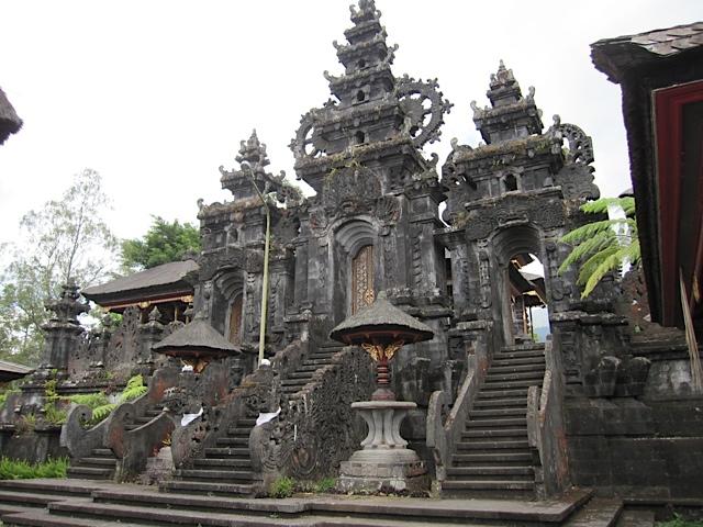 ブサキ寺院参拝_d0106242_218841.jpg