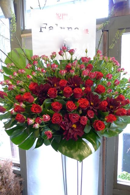 赤いスタンド花。シンプルなスタンド花好きです。_b0171193_2022215.jpg