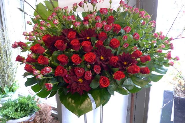 赤いスタンド花。シンプルなスタンド花好きです。_b0171193_203223.jpg