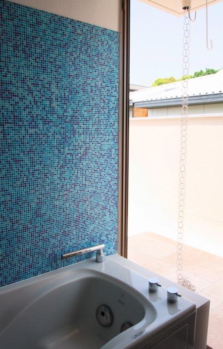 「鶴ヶ島の家」テラスのあるお風呂_f0230666_1372140.jpg