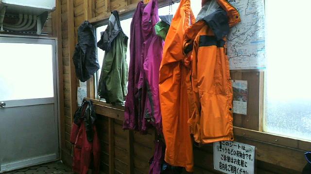 シャーベット雪と風と雨の中 数組のお客さんが 上がって来てくださいました。8時現在の気温は−2℃。_c0089831_20261296.jpg