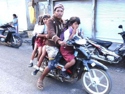 Ulun Danu 村の混沌さ_d0083068_956474.jpg