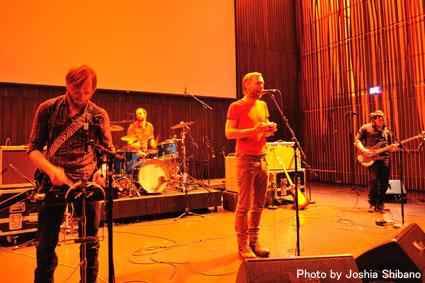 アイスランド・エアウエイブス2012(2):『Valtari』関係の美術展に次ぎ、急いでライブへ!_c0003620_045243.jpg