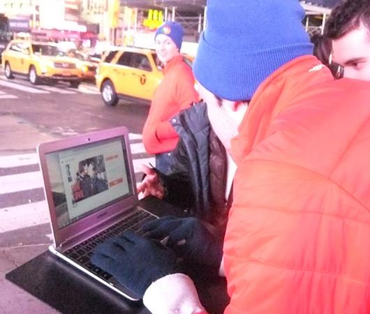 NYのタイムズスクエアで新型クロームブックのキャンペーンに遭遇_b0007805_1331314.jpg