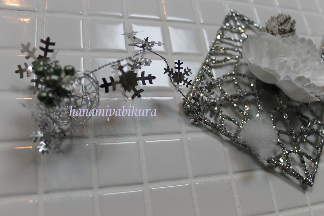 ☆クリスマスのお花はシルバーのスクエアをつなげて☆_e0201009_22251562.jpg