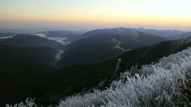一面の霧氷に日の出がみごとです。朝の気温は−5℃。瀬戸大橋もくっきり、大峰山系もずずずぃーっと 見えました。さあ 最終日です。_c0089831_8422961.jpg