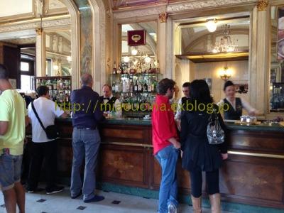 ナポリの老舗カフェと魚市場_b0107003_20553072.jpg