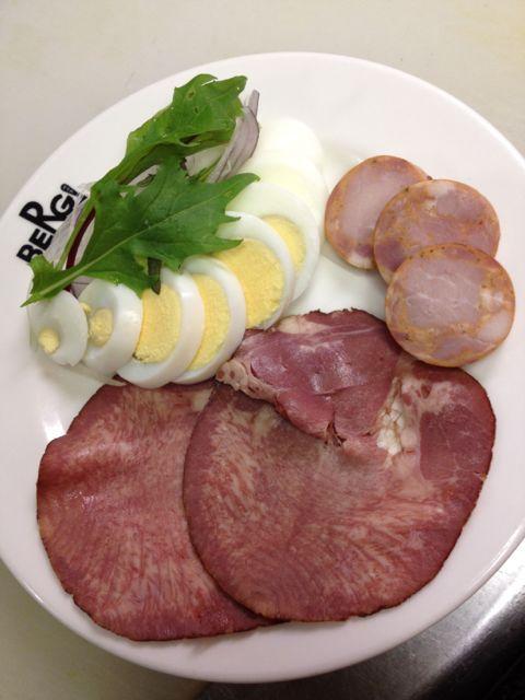 本日のおつまみは盛り合わせ(ビーフスモークタン、チロラーソーセージ、自然卵のゆで卵サラダ)、豆とアイスヴァインのポークリエット、切りたてスモークハム、ヌーヴォープレートです!_c0069047_1718362.jpg