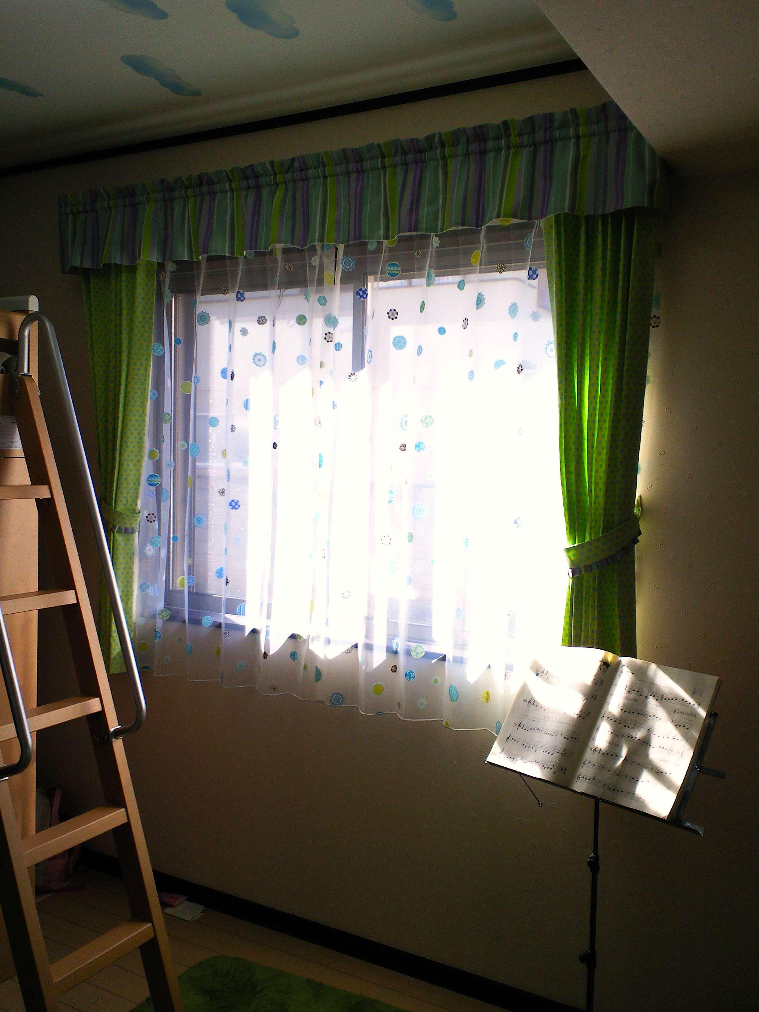 『ハーレクイン』で作る、子供部屋のカーテンスタイル。_c0157866_1904722.jpg