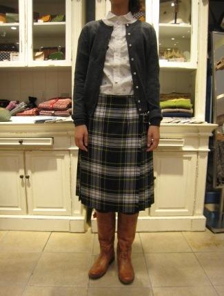 遅くなりましたが、三個ベルトキルトスカートです。_c0227633_22131015.jpg