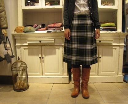 遅くなりましたが、三個ベルトキルトスカートです。_c0227633_22142447.jpg