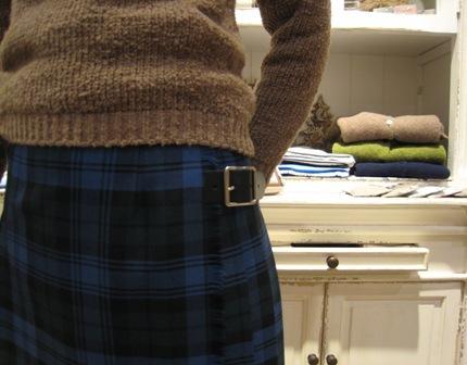 遅くなりましたが、三個ベルトキルトスカートです。_c0227633_22153154.jpg