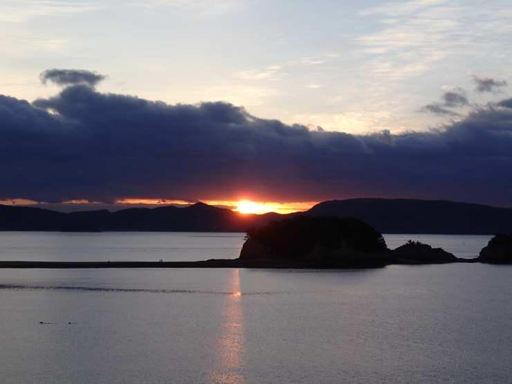 小豆島の塩おにぎり と 鮭の照り焼き弁当_b0171098_6591453.jpg