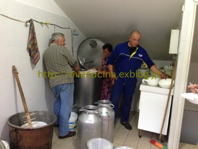 カステッルッチョで羊のチーズ作り見学_b0107003_11495422.jpg