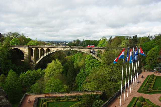 ルクセンブルクの旅 (3) アドルフ橋と憲法広場_c0011649_534038.jpg
