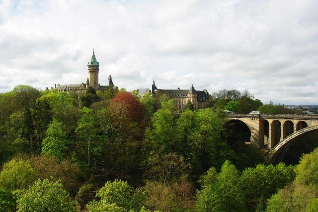 ルクセンブルクの旅 (3) アドルフ橋と憲法広場_c0011649_5381938.jpg