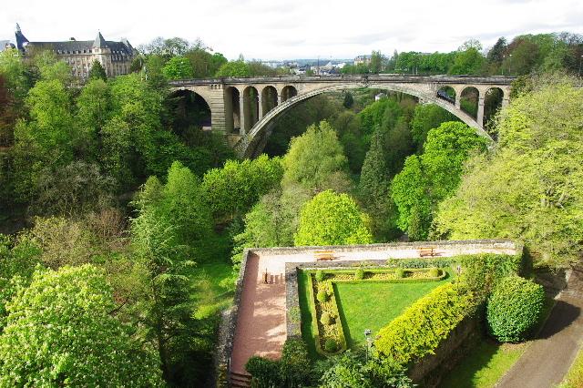 ルクセンブルクの旅 (3) アドルフ橋と憲法広場_c0011649_5391872.jpg
