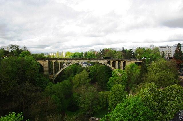 ルクセンブルクの旅 (3) アドルフ橋と憲法広場_c0011649_5432426.jpg