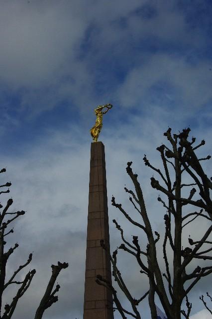 ルクセンブルクの旅 (3) アドルフ橋と憲法広場_c0011649_5451130.jpg