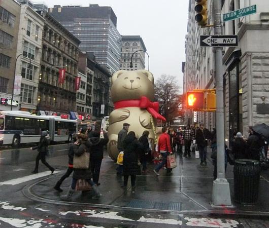 ニューヨークの街角でリンツチョコの大きなクマちゃんキャンペーン_b0007805_22275354.jpg