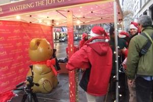 ニューヨークの街角でリンツチョコの大きなクマちゃんキャンペーン_b0007805_22281969.jpg