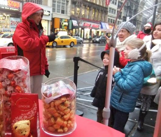 ニューヨークの街角でリンツチョコの大きなクマちゃんキャンペーン_b0007805_22282929.jpg