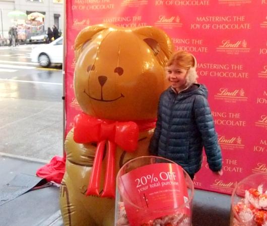 ニューヨークの街角でリンツチョコの大きなクマちゃんキャンペーン_b0007805_22284528.jpg