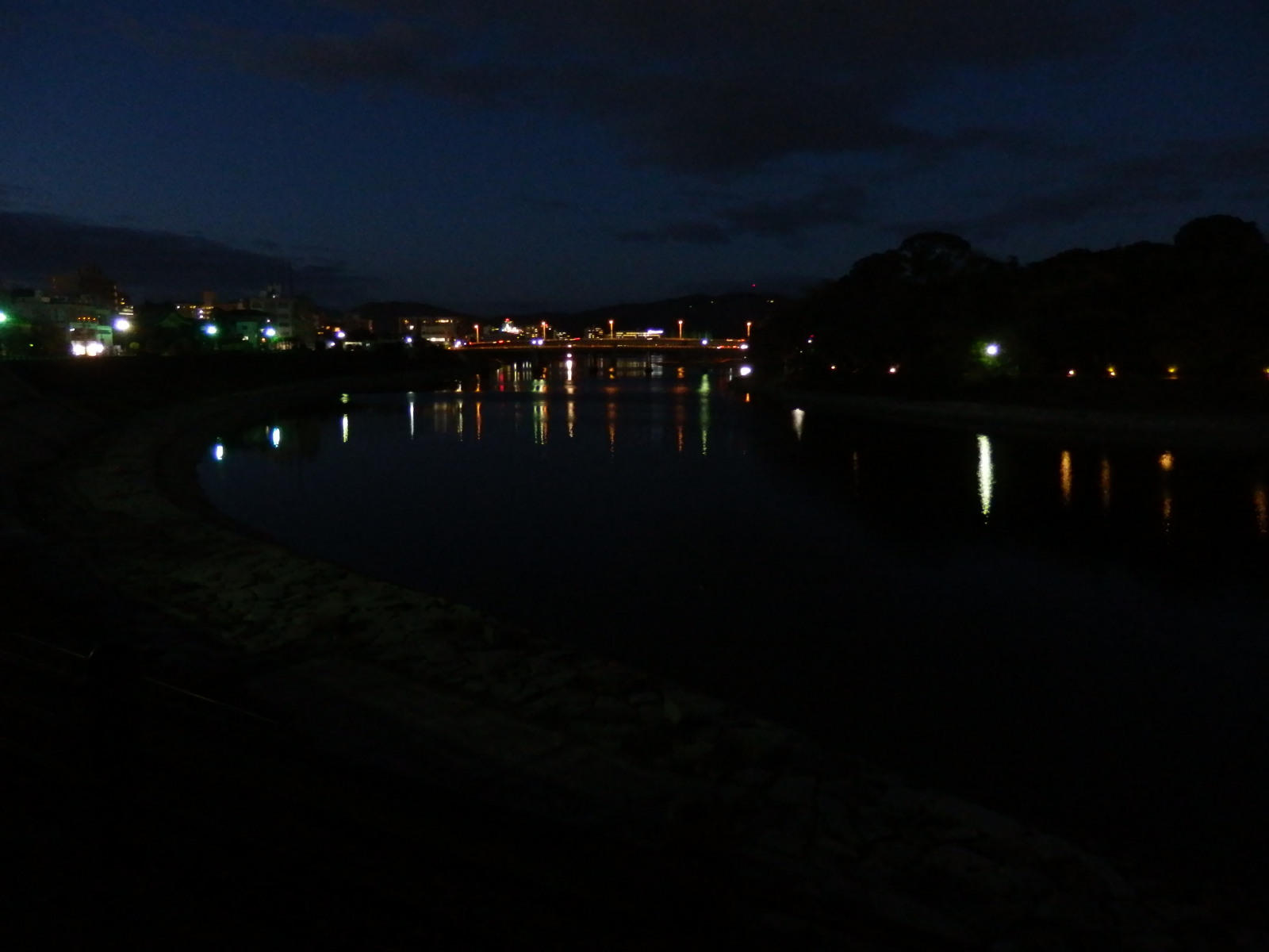 烏城または金烏城とも呼ばれる岡山城の天守閣のライトアップ、見てきました。_c0027285_1684043.jpg