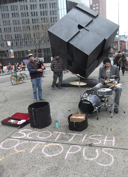 NYの街角で遭遇したバグパイプとドラムのストリート・ミュージシャン Scottish Octopus_b0007805_165493.jpg